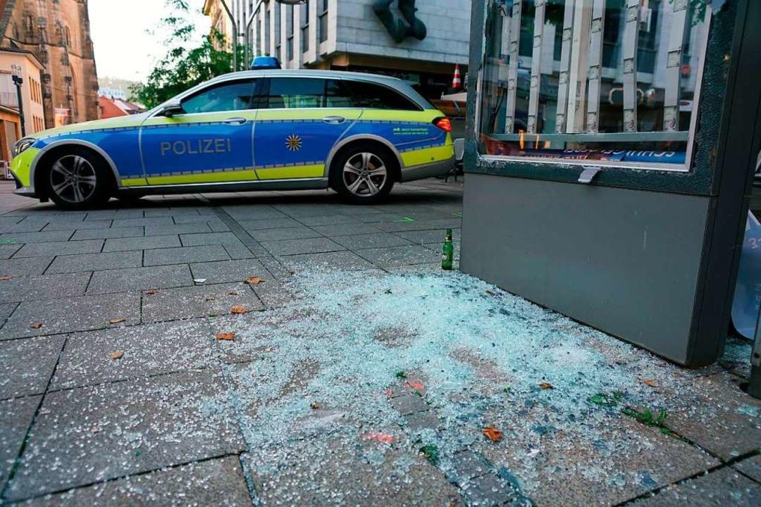 Ein Polizeiauto steht nach den schwere...r Nacht zum Sonntag in der Innenstadt.    Foto: Sven Kohls (dpa)