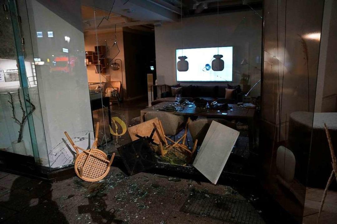 Die Fensterscheiben sind nach Plünderungen in der Innenstadt zerstört worden.    Foto: Kohls (dpa)