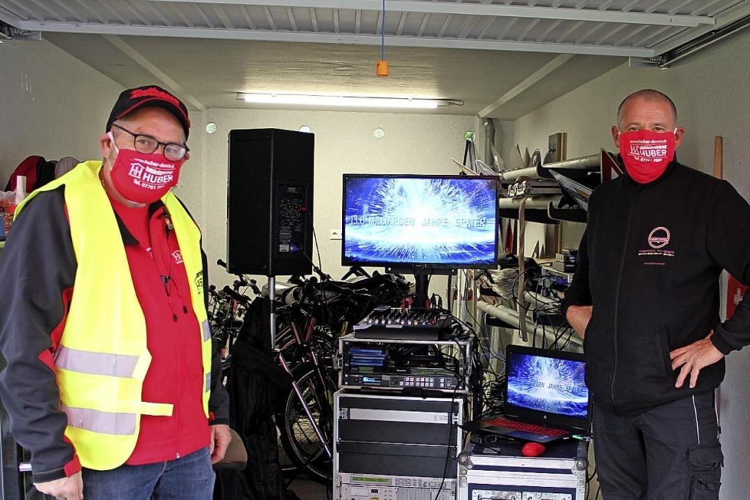 Elmar Huber (Festverleih) und Jörg Höh... Anlage für das Autokino in Wallbach.   | Foto:  Christiane Pfeiffer