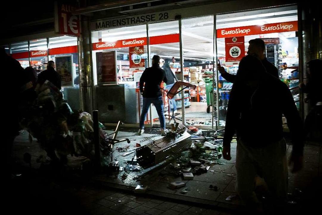 Kleingruppen verwüsten Teile der Stuttgarter City.  | Foto: Julian Rettig (dpa)
