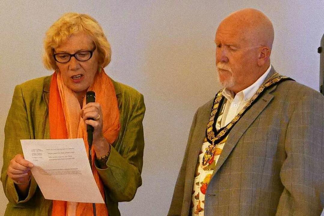 Der neue und alte Bürgermeister  Phil ... (rechts) im Gespräch  Heather Perrott    Foto: Jim Clevett