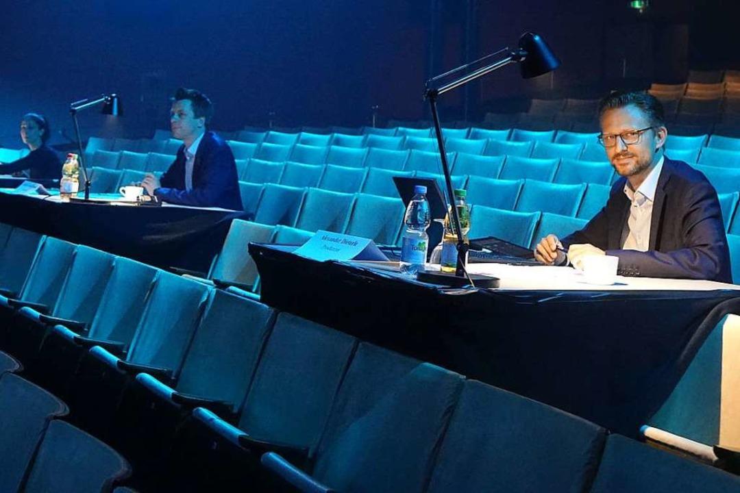 Abstandhalten galt auch für die Jurore...mstag im Bad Säckinger Gloria-Theater.  | Foto: Roswitha Frey