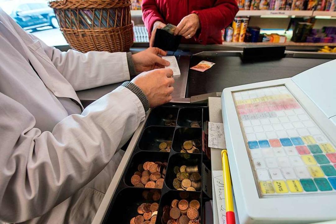 Viele Supermärkte haben ihre Kassen in...ntakt lässt sich hier nicht vermeiden.    Foto: Armin Weigel