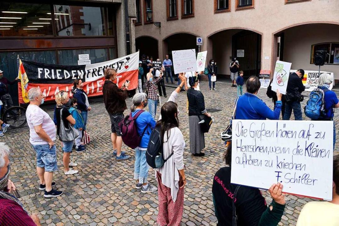 Auf dem Münsterplatz demonstrieren die...en Corona-Beschränkungen (Archivbild).  | Foto: Thomas Kunz