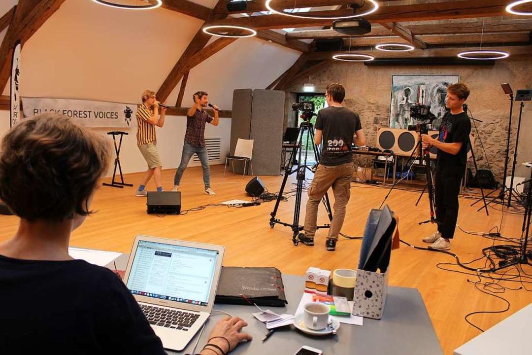 Die Performance von Acoustic Instinct ...Zillessen am Computer Chats bearbeitet  | Foto: Erich Krieger