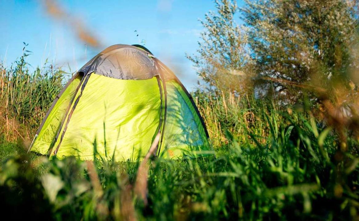 Zelte gehören zu den Waren, die auch im Ort verkauft werden können.  | Foto: Florian Schuh (dpa)