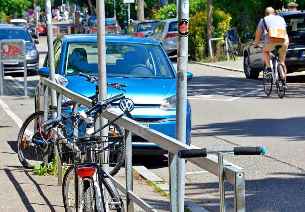 Parkende Autos machen die Straßenüberq...Kinder oft gefährlich unübersichtlich.  | Foto: Michael Bamberger