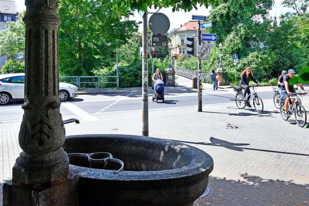 Die Übergänge über die Dreisam lobten ...Brunnen auch Schatten und Erfrischung.  | Foto: Michael Bamberger
