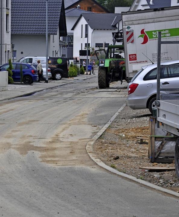 Nach Regen ist die Petit-Landau-Straße...ebiet Hinterm Hof II stark verschmutz.  | Foto: Jutta Schütz