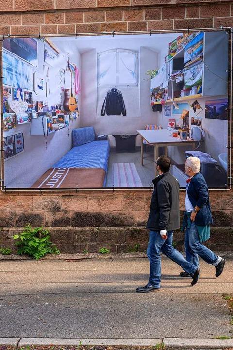 Auf die Außenmauer projiziert: das Innenleben einer Zelle  | Foto: britt schilling