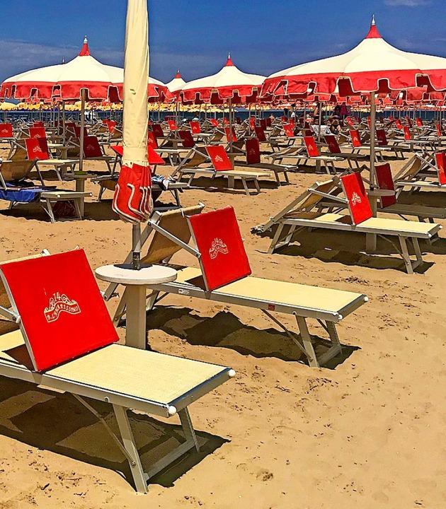 Leere Liegestühle am Strand von Rimini  | Foto: Müller-Meinungen