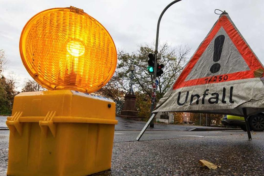 Der Unfall mit tödlichen Folgen ereign...am Montag um etwa 19 Uhr (Symbolfoto).  | Foto: Patrick Seeger (dpa)