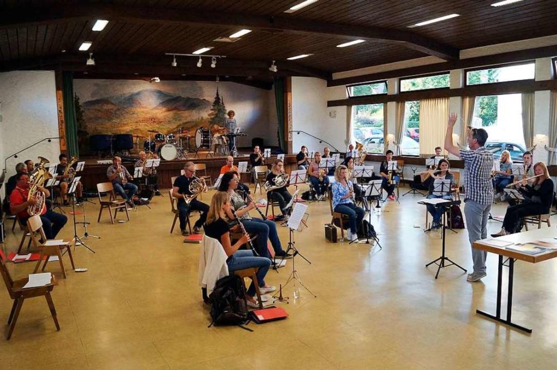 Regelmäßig Durchlüften und ausreichend...kern macht die Orchesterprobe möglich.  | Foto: Silke Hartenstein