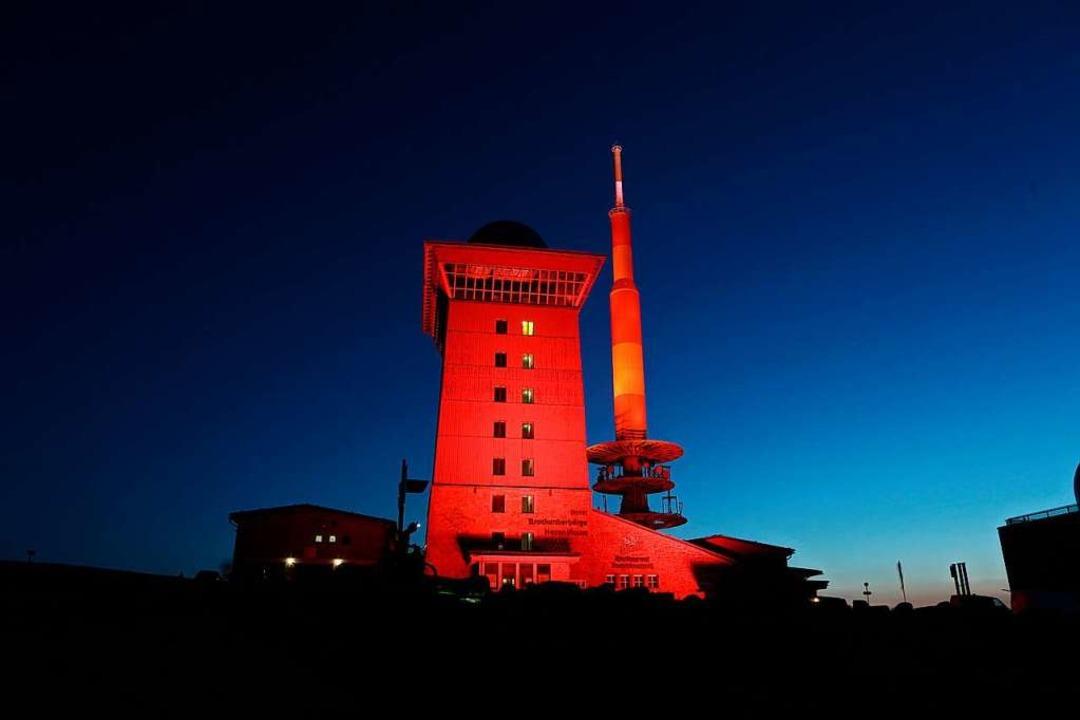 Das Brockenhotel sowie der Sendemast w... Aktion Night of Light rot beleuchtet.  | Foto: Matthias Bein (dpa)