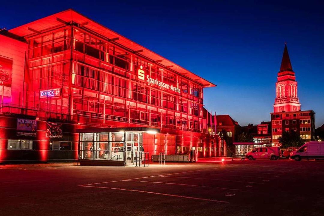 Die Kieler Veranstaltungsarena (l) und der Rathausturm  | Foto: Frank Molter (dpa)