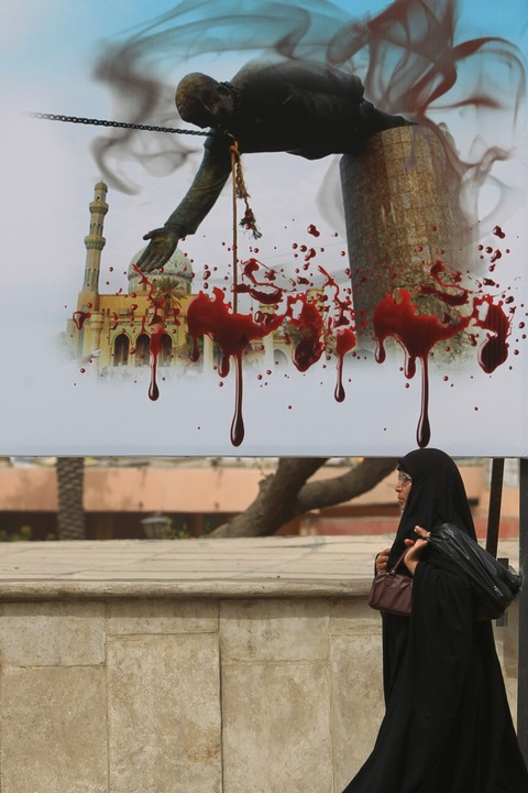 Plakatwand in Bagdad: Die Bilder vom S...turz selbst zu einem historischen Akt.    Foto: AHMAD AL-RUBAYE (AFP)