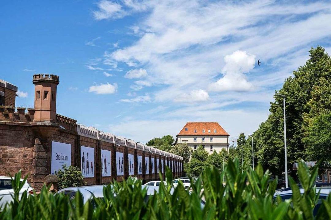 Gefangenengalerie an der Mauer der Freiburger Justizvollzugsanstalt  | Foto: Britt Schilling