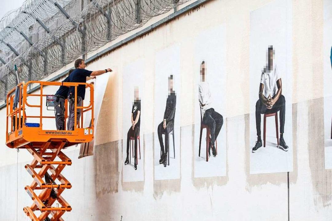 Aufhängen der Gefangenengalerie an der...r der Freiburger Justizvollzugsanstalt  | Foto: Britt Schilling