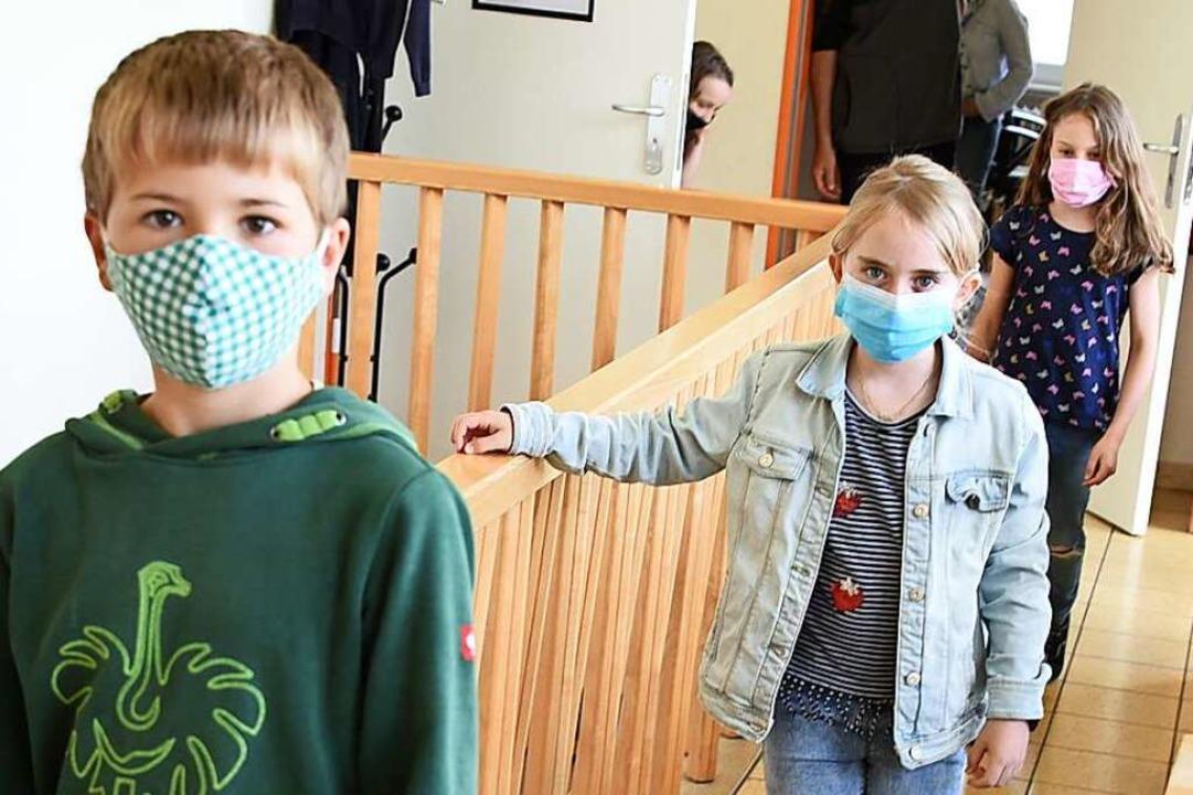 Maskierte Schüler, wie hier in Weitena...m Lockdown noch keine Normalität gibt.  | Foto: Robert Bergmann
