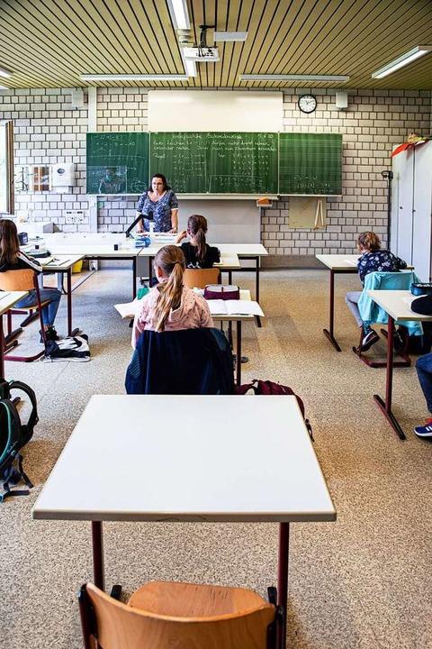 Leere Tische sollen das Virus fernhalten.  | Foto: Hubert Gemmert