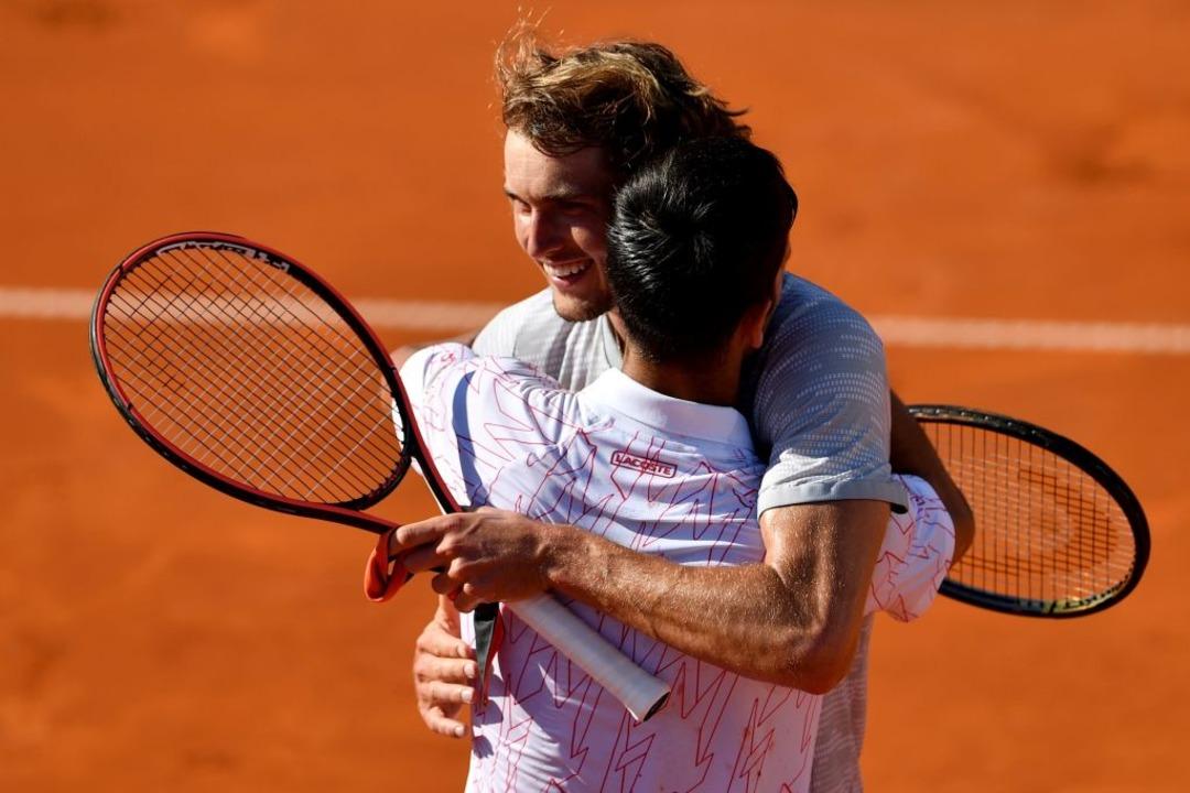 Novak Djokovic (positiv) gratuliert au...xander Zverev (noch negativ) zum Sieg.    Foto: ANDREJ ISAKOVIC (AFP)