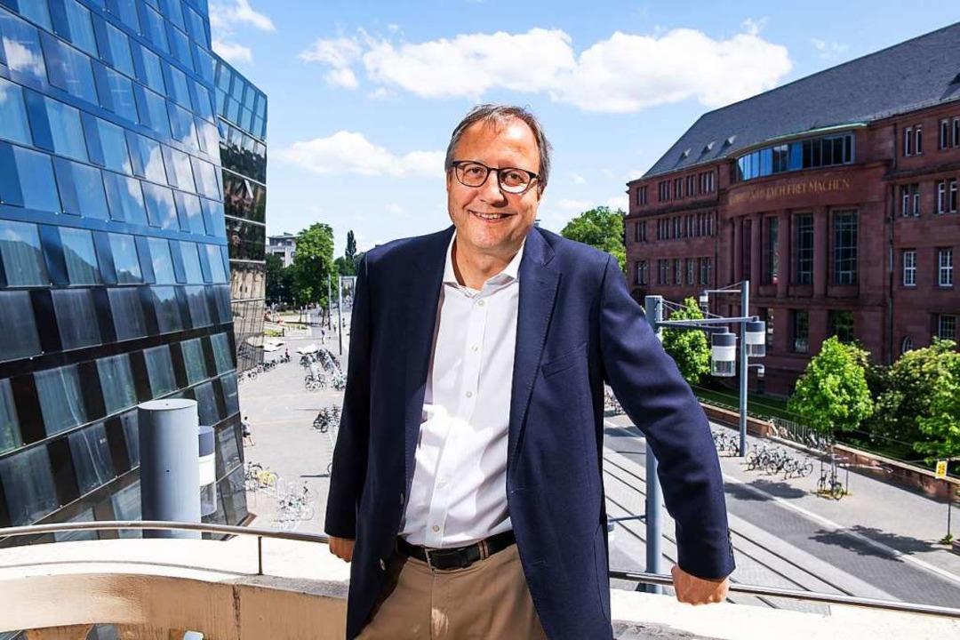 Von seinem neuen Sitz über dem  Platz ...ude I und die Universitätsbibliothek.   | Foto: Klaus Polkowski/Uni Freiburg