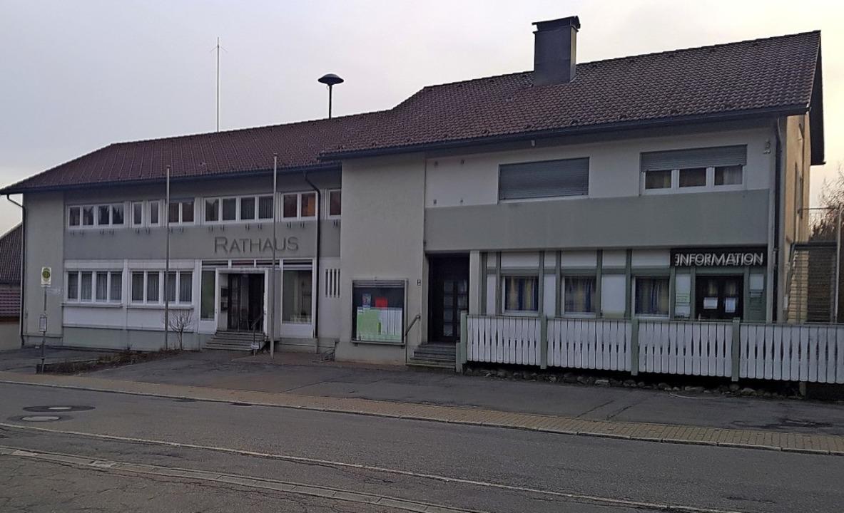 Drei Kandidaten wollen versuchen, ins Herrischrieder Rathaus einzuziehen.  | Foto: Axel Kremp