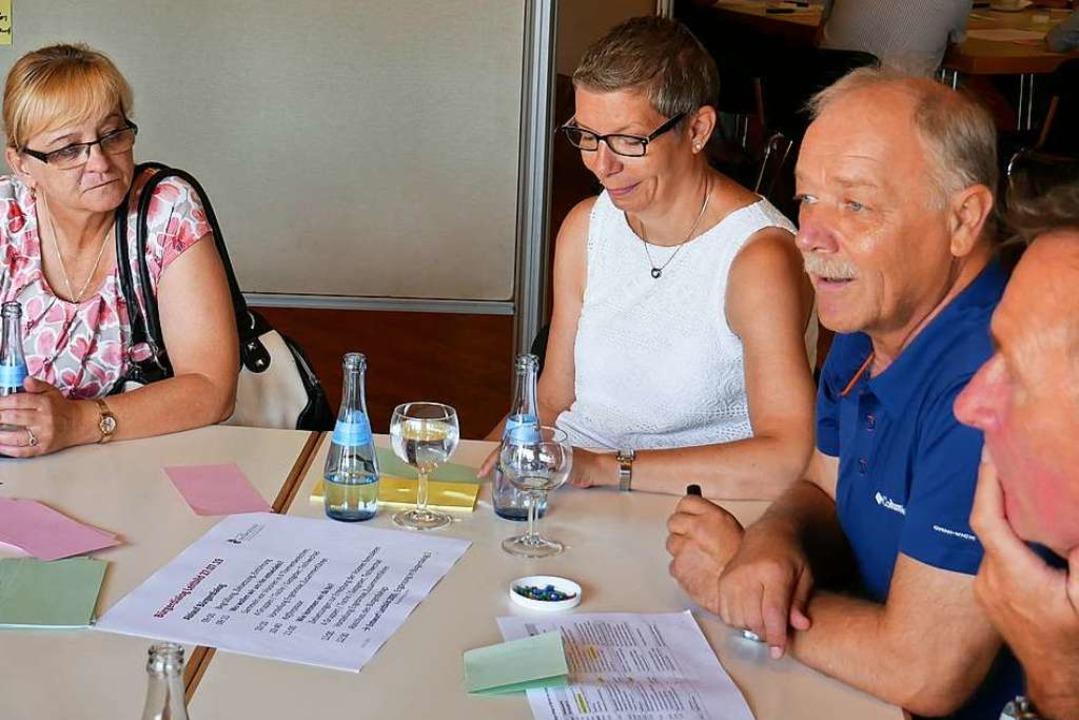 Frank Leichsenring (ganz rechts) moder...n denen das Leitbild erarbeitet wurde.  | Foto: Michael Gottstein