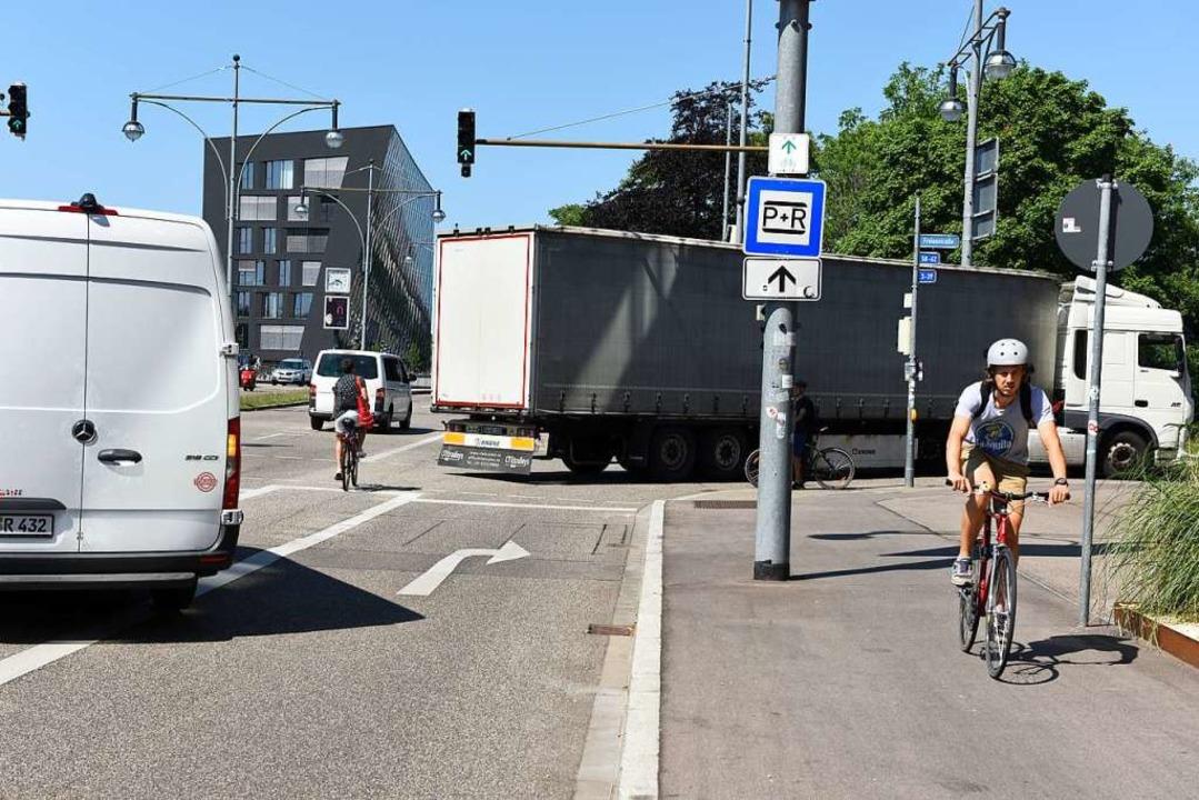 Die Fahrradspur der Heinrich-von-Steph... und die Einmündung der Rehlingstraße.  | Foto: Rita Eggstein