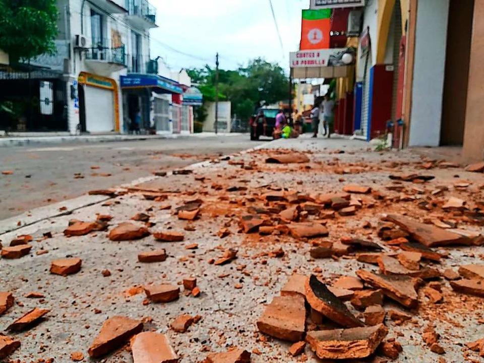 Bruchstücke von Bauteilen  liegen in C...211; nach dem Erdbeben der Stärke 7,5.  | Foto: Carlos Ramos (dpa)