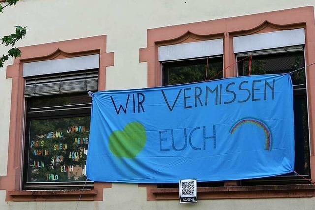 Lehrer einer Grundschule in Lörrach drehen ein Video für ihre Schüler