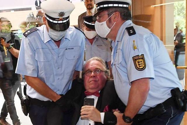 Polizeieinsatz im Landtag: Abgeordneter lässt sich aus dem Plenum tragen