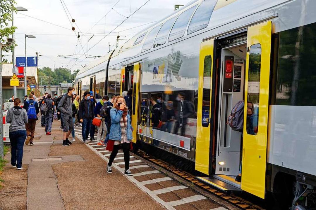 Einfahrt eines Regionalzugs in den Bah...tfielen einige Halte bis Ende Oktober.  | Foto: Martin Wendel