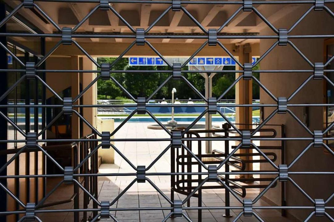 Das Gitter am Eingang des Dreisambads bleibt vorerst geschlossen.  | Foto: Thomas Biniossek