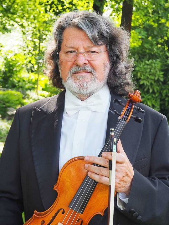 Kapellmeister Tibor Szüts mit selbstgebauter Geige  | Foto: Kur und Bäder GmbH