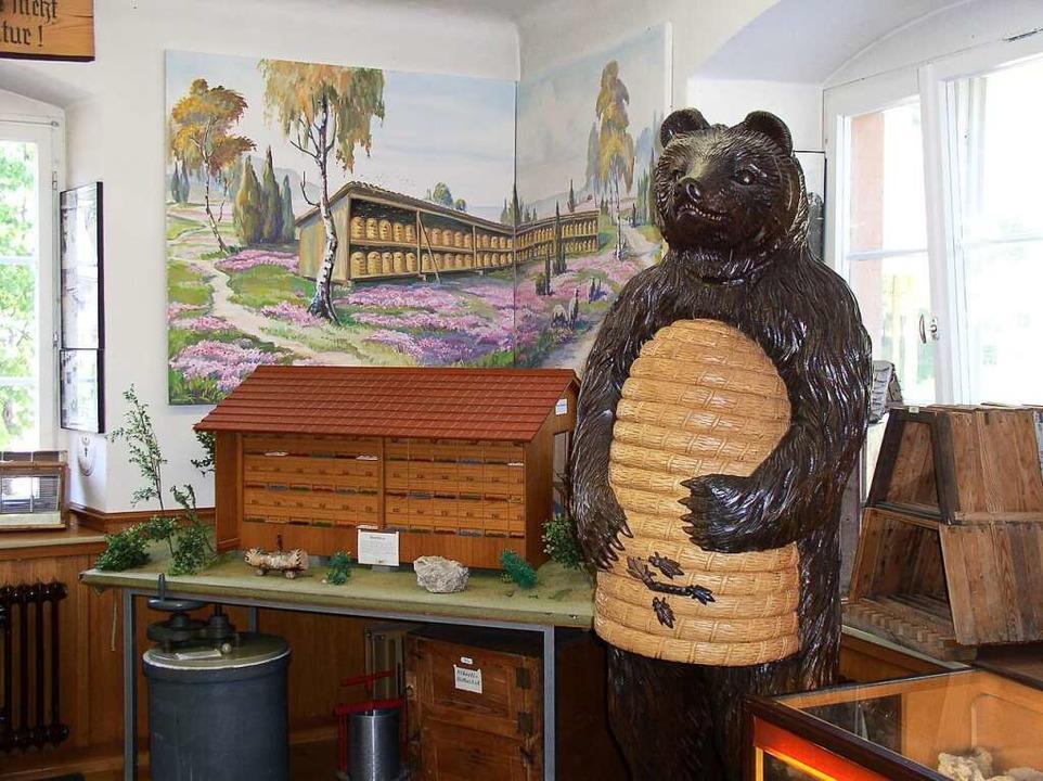 Völlig ungefährlich ist dieser Honigbä...keit der zahlreichen Besucher erfreut.  | Foto: Eberhard Gross