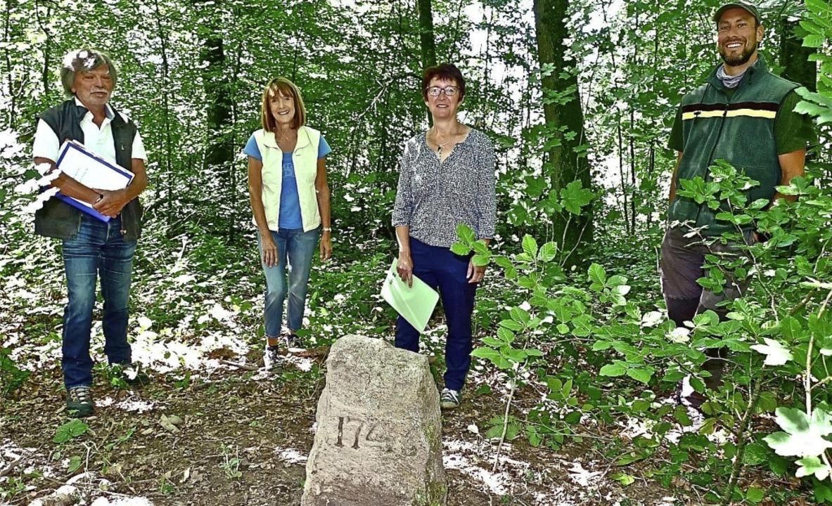 Gottlieb Burkart und Ingrid Bär haben ...ch über den Erhalt des Kleindenkmals.     Foto: Richard Kaiser