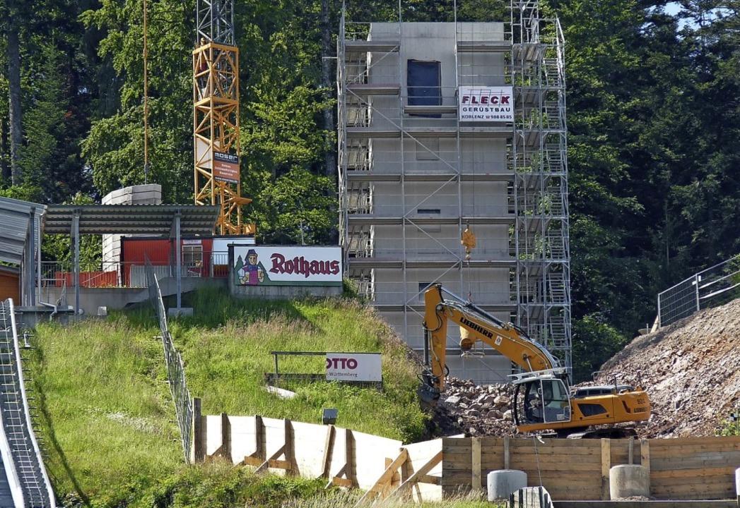 Großbaustelle: Der  Anlaufturm der gro...er hat den Schanzentisch abgeknabbert.  | Foto: Johannes Bachmann