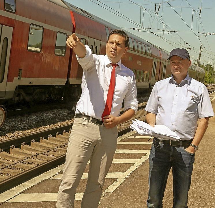 Johannes Fechner (links) und Bürgermei...eim Vororttermin am Bahnhof Orschweier  | Foto: Sandra Decoux-Kone