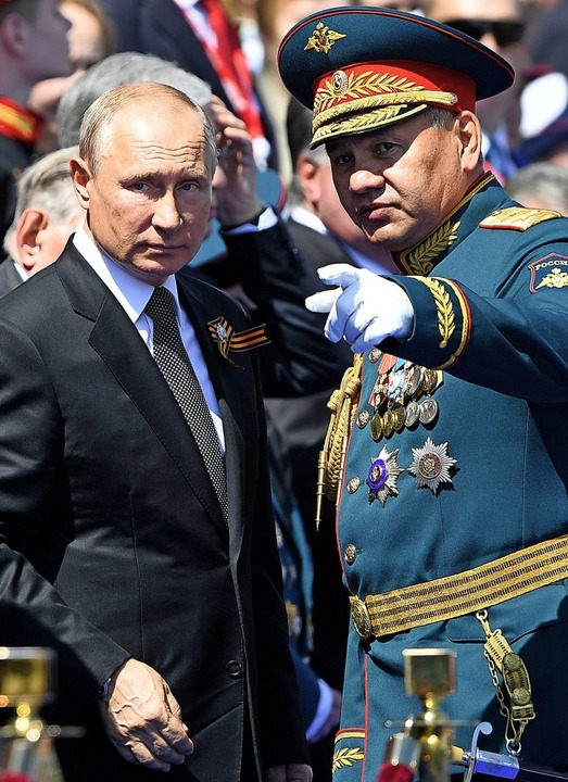 Mit Verteidigungsminister Sergei Shoig...achtdemonstration auf dem Roten Platz.  | Foto: - (AFP)