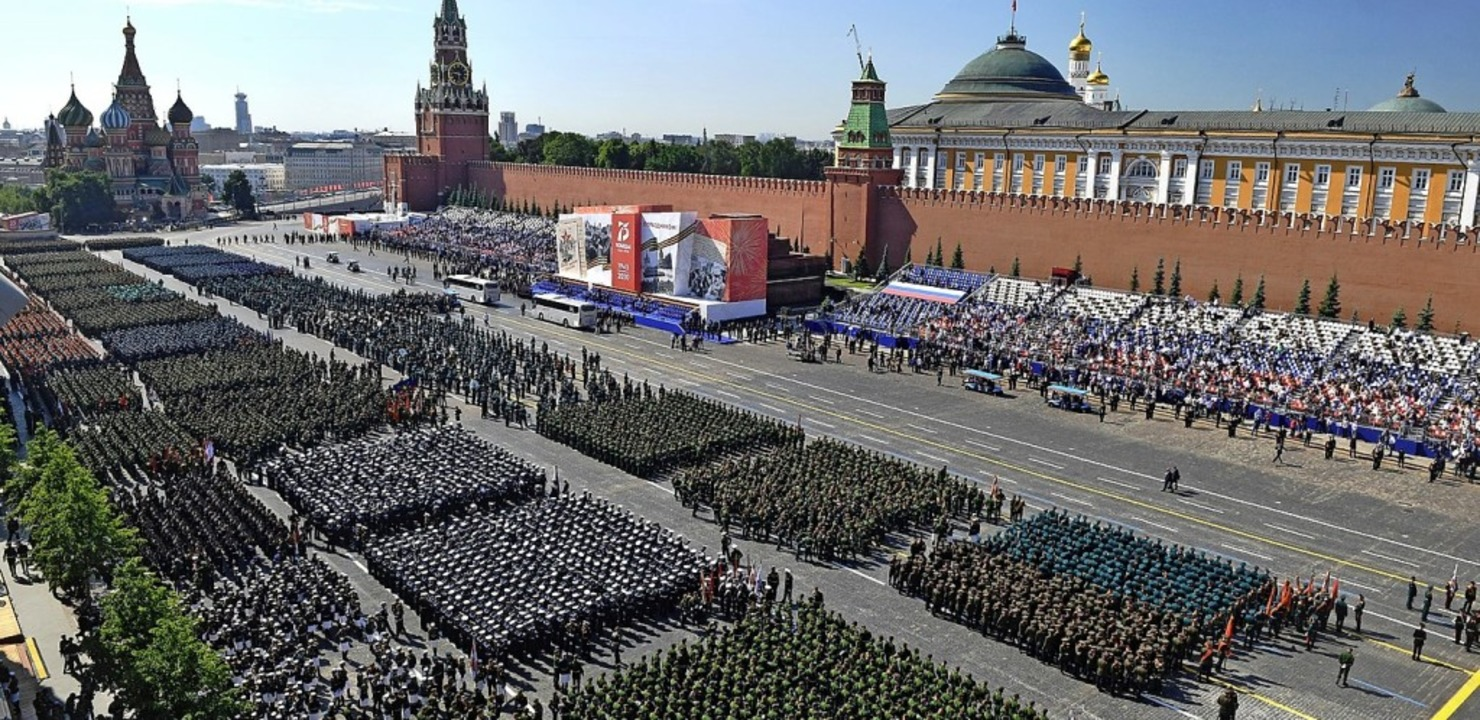 Noch größer und länger als sonst fiel die Militärparade dieses Jahr aus.  | Foto: Mikhail Voskresenskiy (dpa)