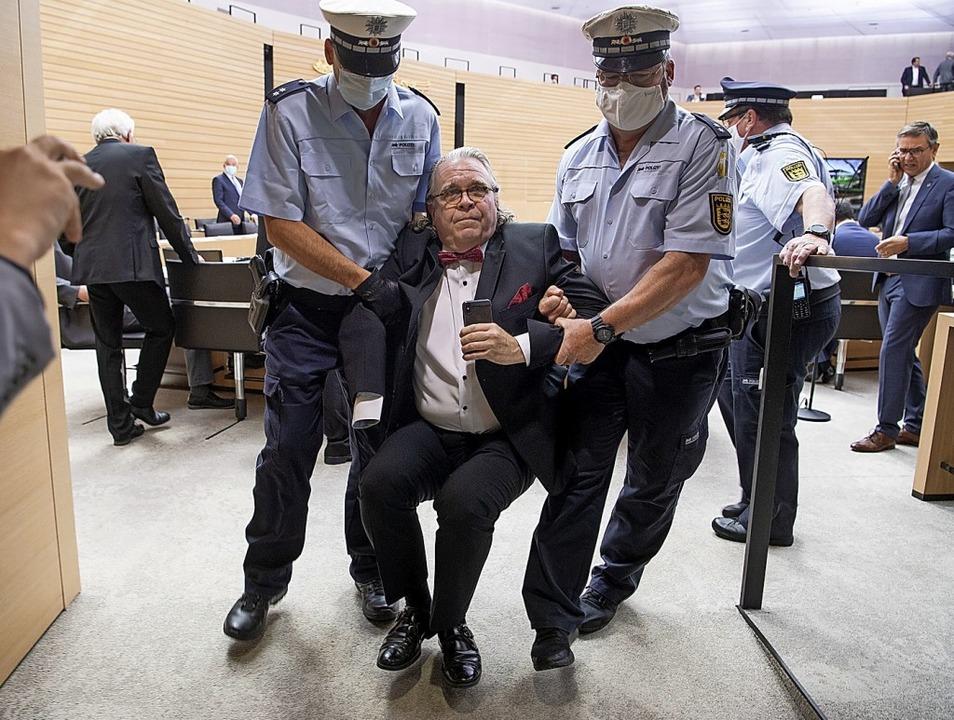 Skurrile Szene: Heinrich Fiechtner (pa...von der Sitzung ausgeschlossen worden.  | Foto: Marijan Murat (dpa)