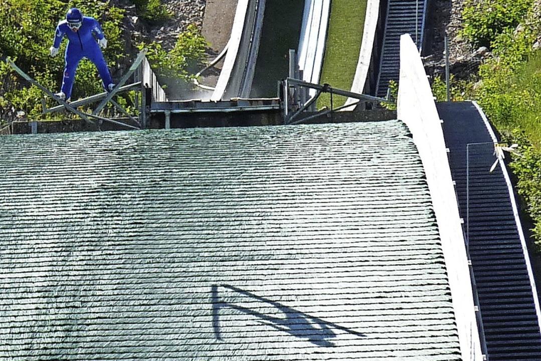 Breites V: Manuel Faißt und sein Schat...n grünen Matten der Europaparkschanze.  | Foto: Johannes Bachmann