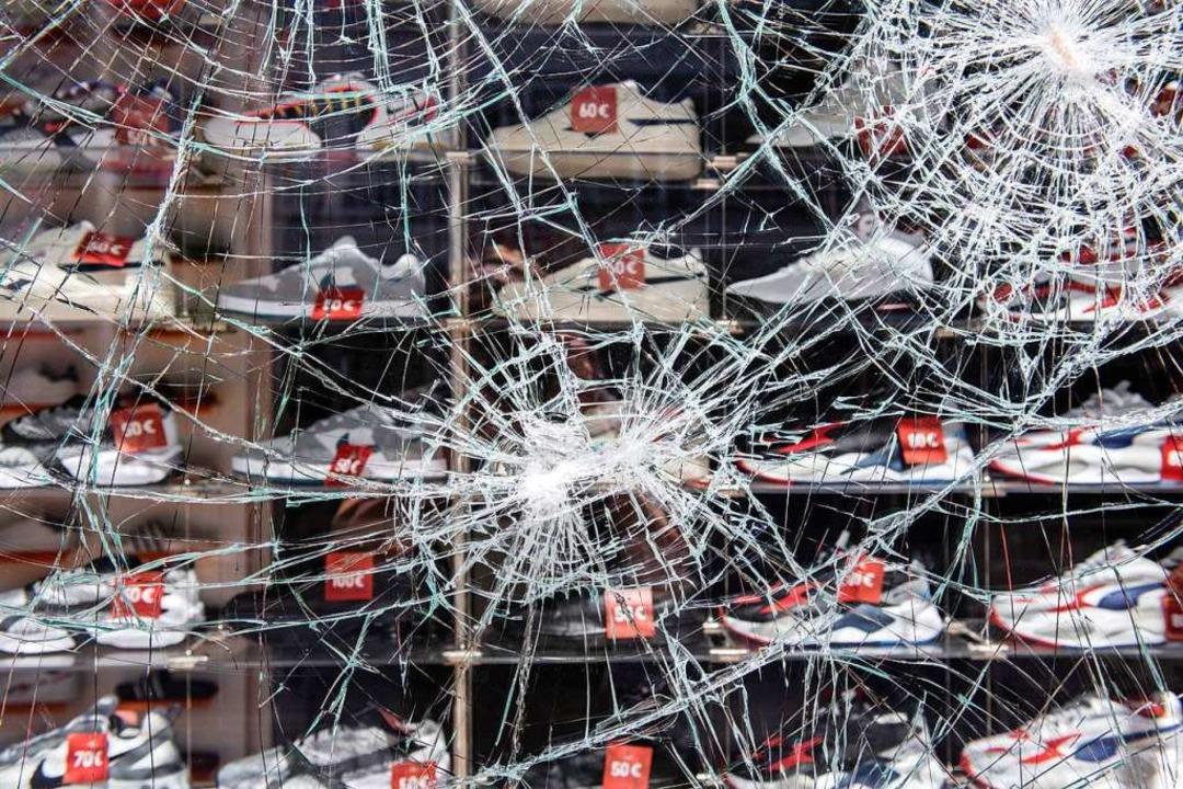 Beschädigte Glasscheibe an einem Schuhgeschäft in Stuttgart.    Foto: Silas Stein (dpa)