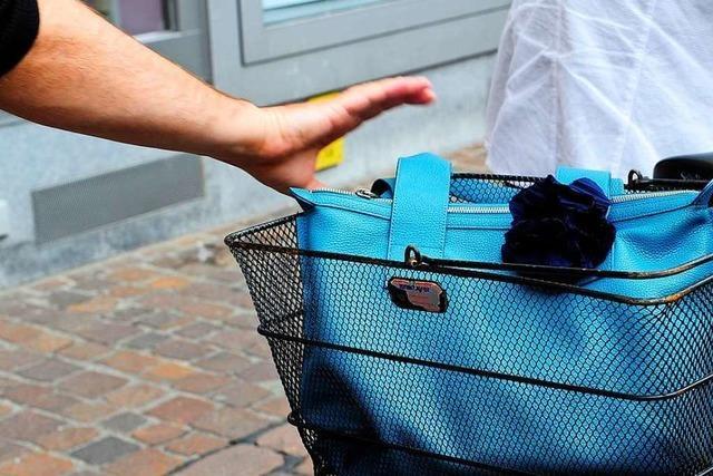 Kapuzenräuber stößt ältere Frau in Albersbösch vom Rad und klaut die Handtasche