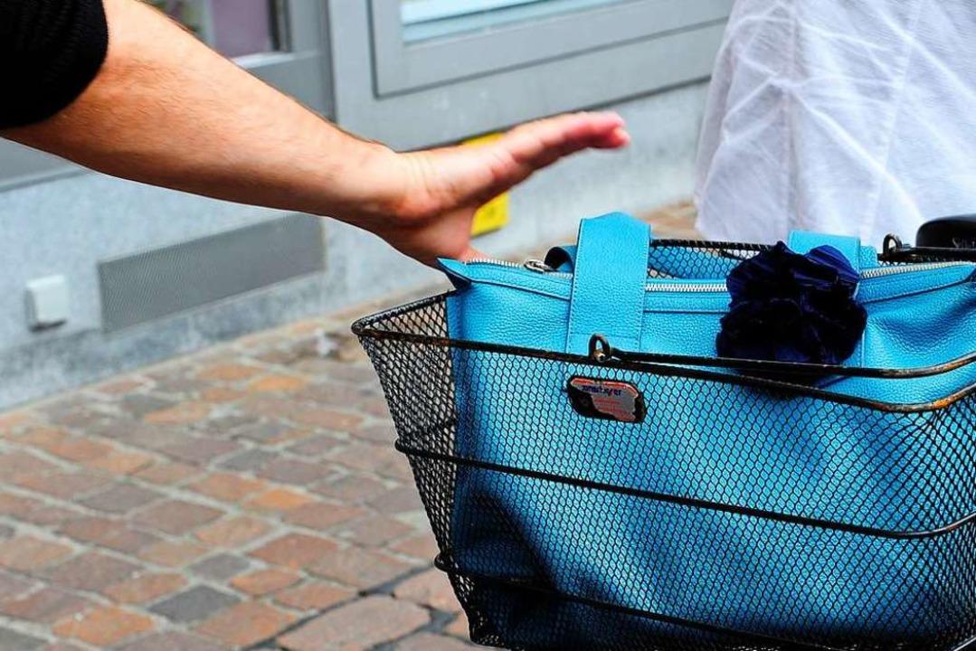 Symbolbild: Feiger Zugriff auf die Handtasche einer älteren Radlerin.  | Foto: Ingo Schneider