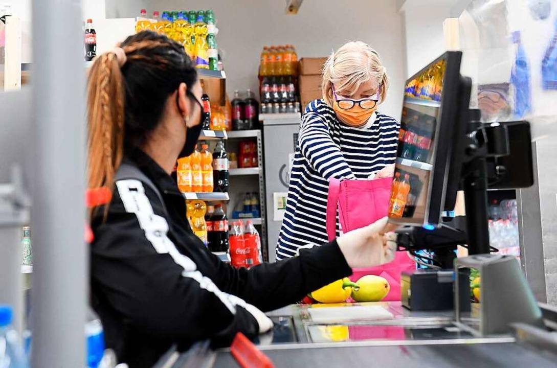 Noch immer gilt in Geschäften sowie in Bussen und Bahnen eine Maskenpflicht.  | Foto: Tobias Hase