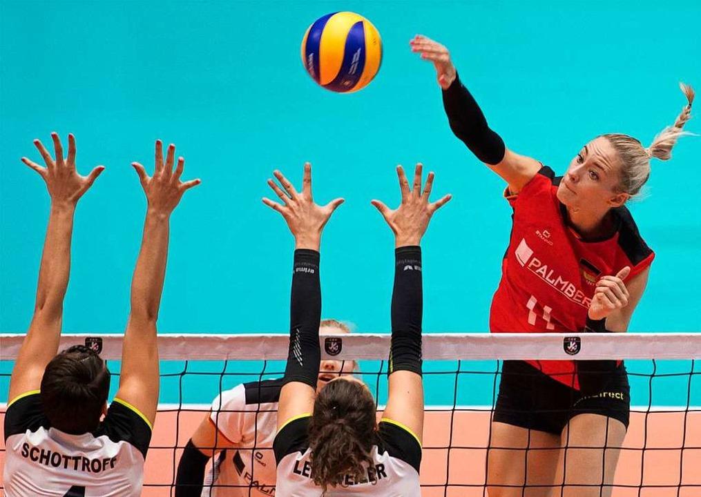 Training und Spielen ohne Abstandsrege...er erlaubt – auch im Volleyball.  | Foto: Martin Baumann (dpa)