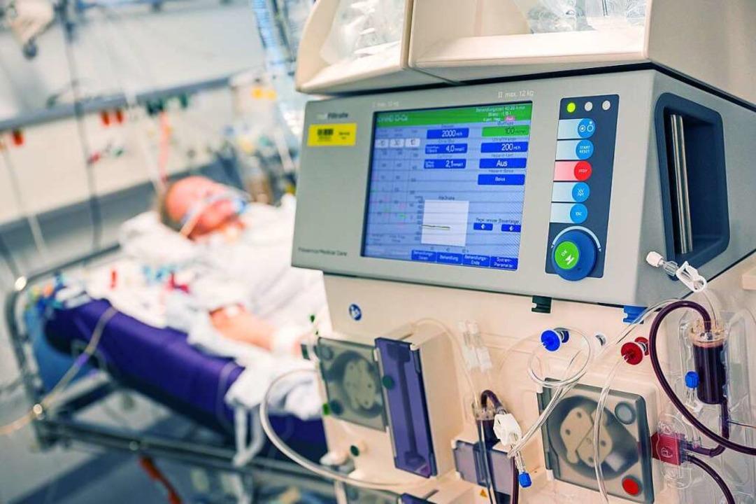 Ein Covid-19-Patient auf der Intensivs...und an ein Dialysegerät angeschlossen.  | Foto: Peter Kneffel (dpa)
