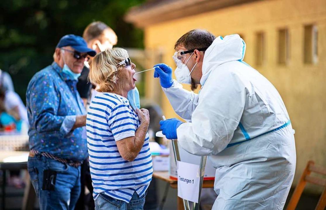 Ein Angehöriger der Bundeswehr nimmt a...it Reisebeschränkungen zu leben haben.  | Foto: Guido Kirchner (dpa)